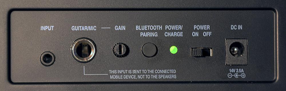 Die Anschlüsse , Lade-Status-LED und Schalter auf der Rückseite