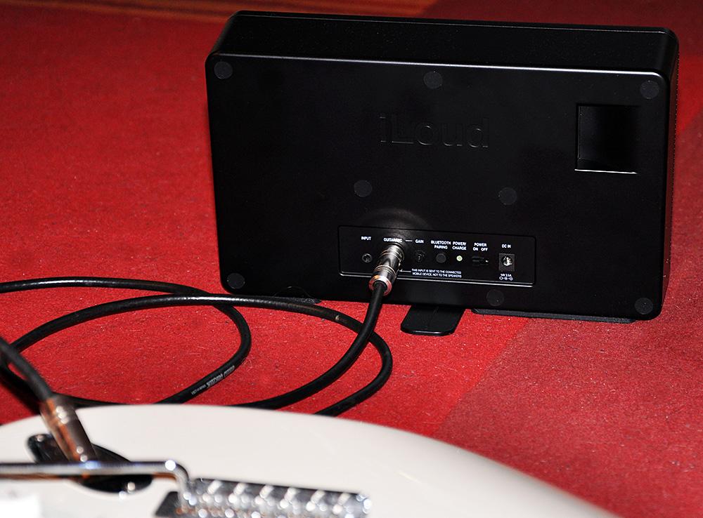 Die E-Gitarre am iRig-Anschluss kann über virtuelle Amps auf dem iPad gespielt werden.